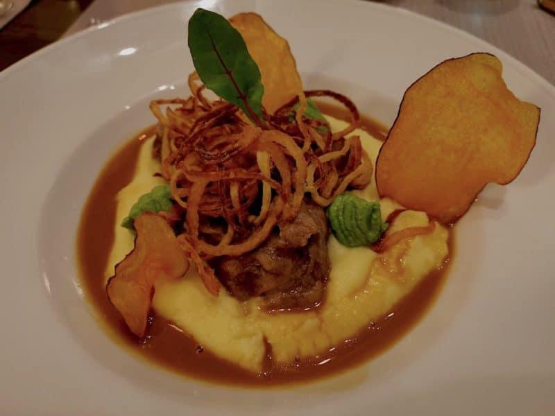 Glasierte Schweinebäckchen mit Kartoffelstampf und Cognacrahmsosse im Hotelrestaurant Sonne Rothenburg ob der Tauber