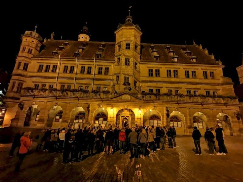Ordentlich Andrang zur Nachtwächterführung vor dem Rathaus in Rothenburg ob der Tauber