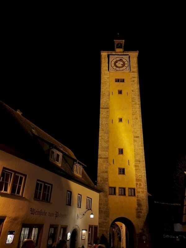 Auf dem Weg zum Burgtor auf der Nachtwächterführung in Rothenburg ob der Tauber