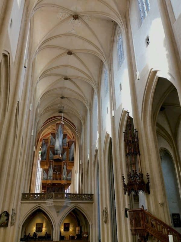 Im Hauptschiff der St. Jakobskirche in Rothenburg ob der Tauber