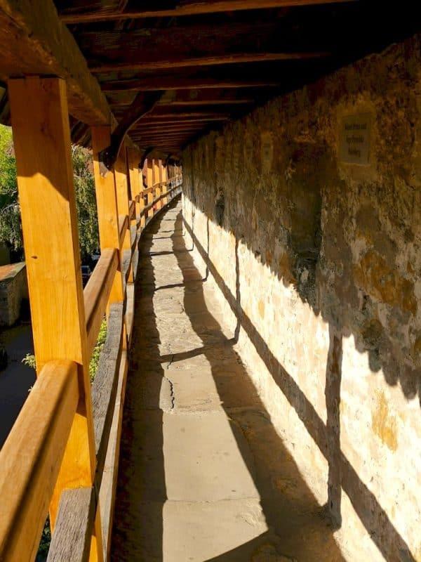 Ein erstes Stück geht es auf dem Turmweg für uns auf der Stadtmauer voran in Rothenburg ob der Tauber