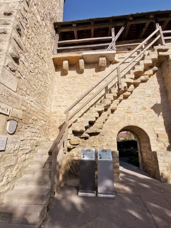 Der Aufgang auf die Stadtmauer am Pulverturm