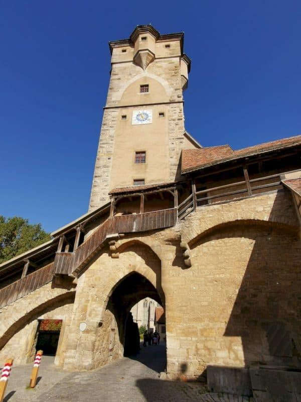 Der Klingentorturm vor satten blauen Himmel in Rothenburg ob der Tauber
