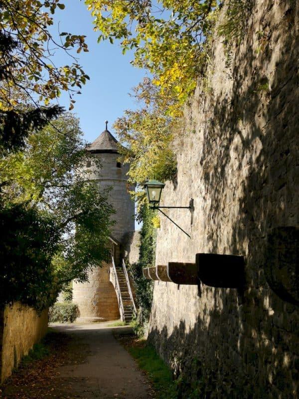 Schattiger Weg auf dem Turmweg entlang der Stadtmauer von Rothenburg ob der Tauber