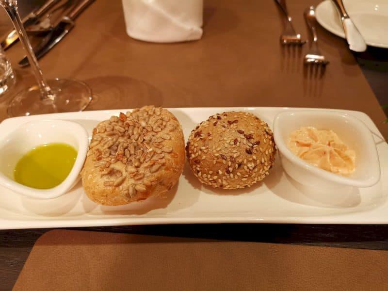 Brötchen mit Paprikaaufstrich und Mani Bio Olivenöl
