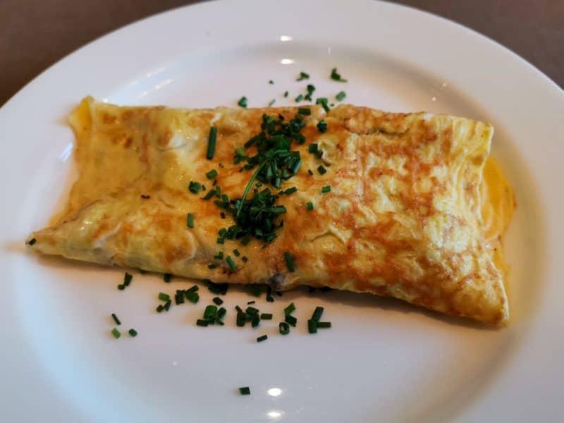 Frisch zubereitetes Omelette zum täglichen Frühstück