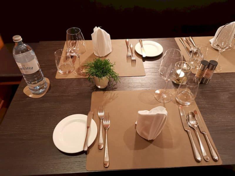 Ein schön eingedeckter Tisch wartet auf uns zum Abendmahl