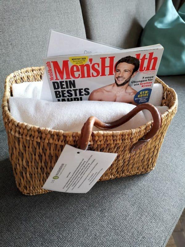 Tasche mit Handtüchern und einer Men's Health