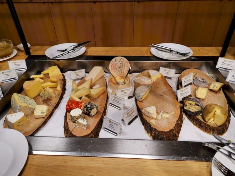 Ein Teil des Käsebuffets kurz vor Ende der Essenszeit
