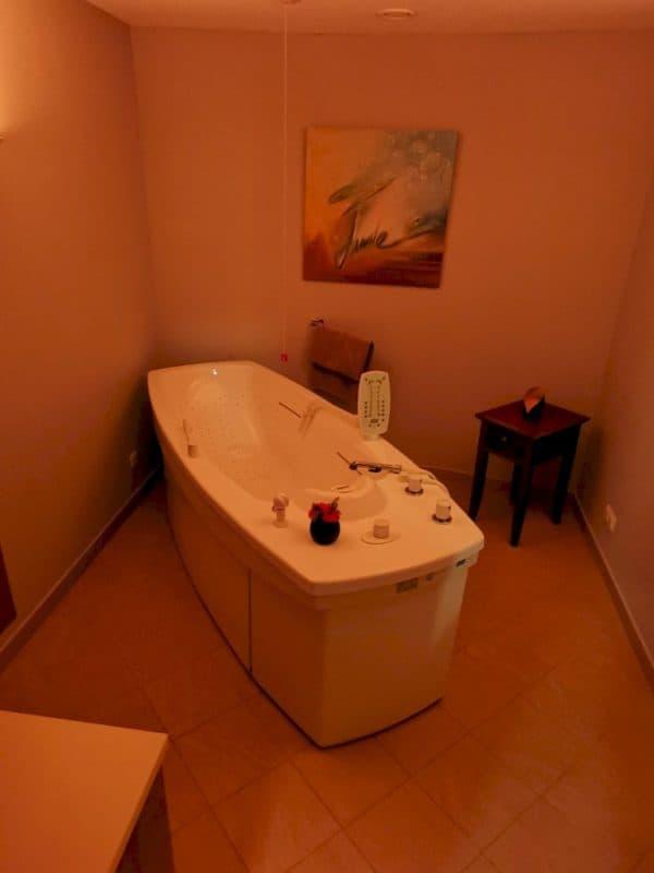 Raum mit einer schönen großen Badewanne im Spa