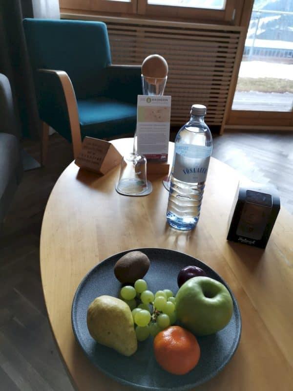 Obstschale und Wasser