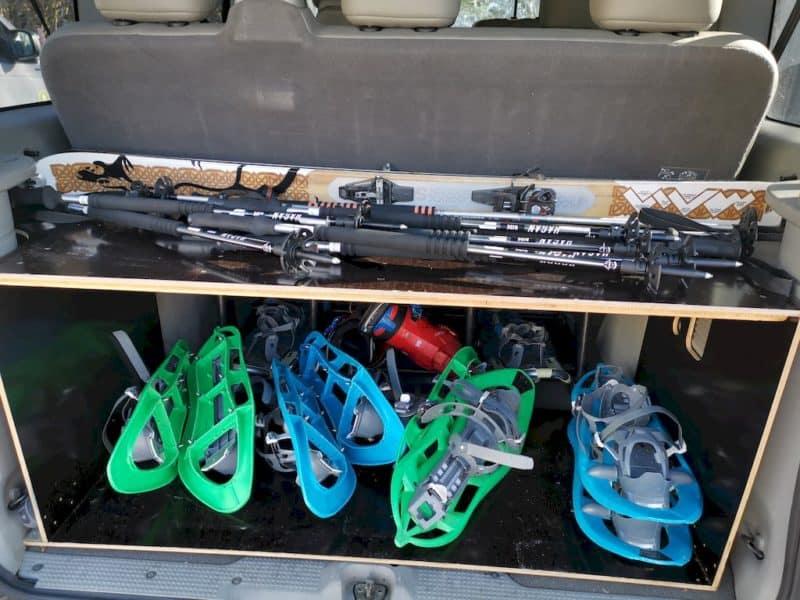 Kofferraum bepackt mit Schneeschuhen