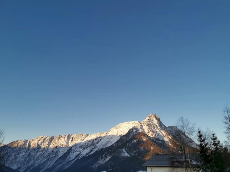 Die Sonne erhebt sich auf meinem Balkon und taucht die Berge in wundervolles Licht