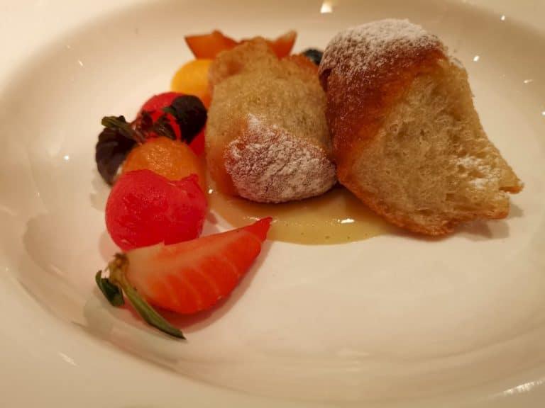 Powidlbuchteln mit Vanillesauce und frischen Früchten