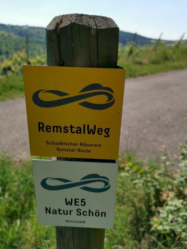 """Wegbeschriftungen RemstalWeg und """"WE5 Natur Schön"""""""