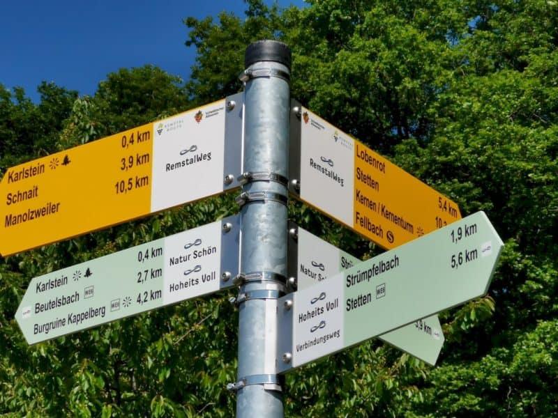 Schild mit Entfernungsangaben kurz vor dem Karlstein