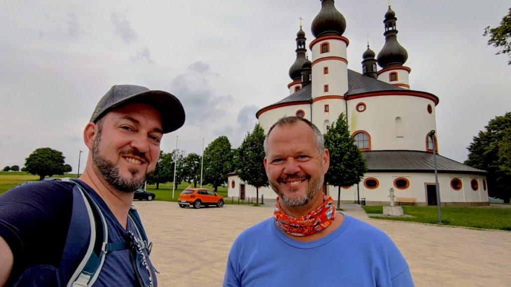 Alex und und ich glücklich am Ziel unserer Tagesetappe des Nurtschweges, der Kappl Waldsassen (Foto: Alex WIllig)