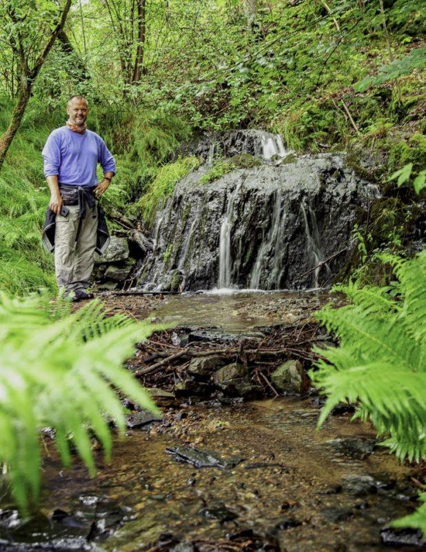 Ich am kleinen Wasserfall auf der Etappe 1 des Nurtschweges (Bild: Alex Willig vom luftschubser.de)