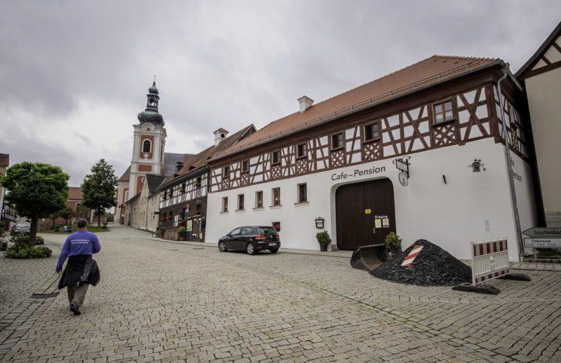 Marktplatz von Bad Neualbenreuth und ich auf dem Weg zum Startpunkt (Foto: Alexander Willig von luftschubser.de)