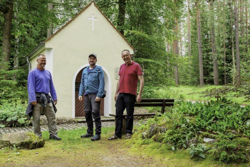 Alfons, Alex und ich vor der Forstkapelle auf dem Nurtschweg (Foto: Alex Willig)