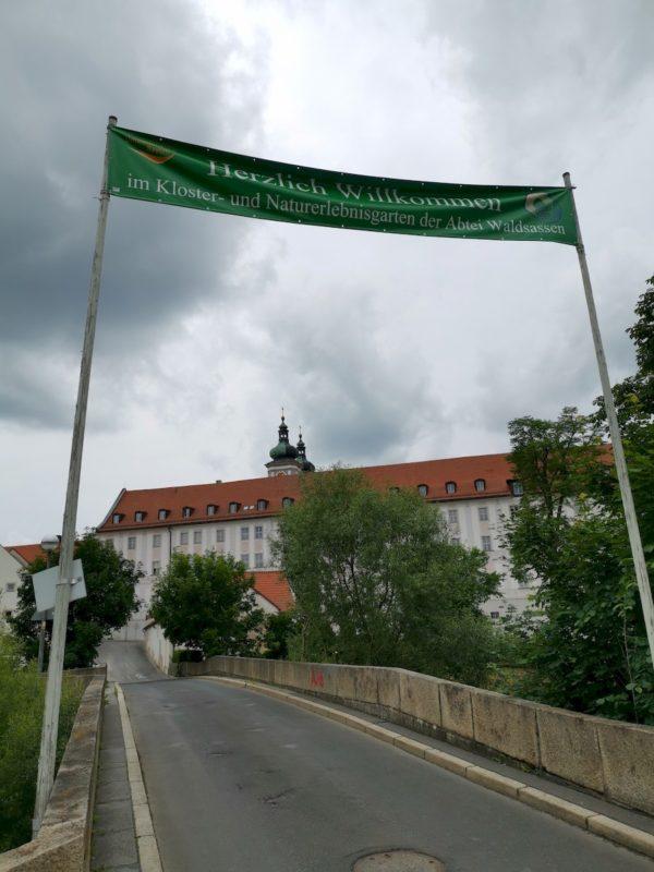Das bekannte Kloster Waldsassen erhebt sich vor uns