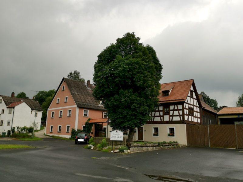 Ein erstes Fachwerkhaus auf unserem Weg zum Startpunkt der Wanderung auf dem Nurtschweg in Bad Neualbenreuth