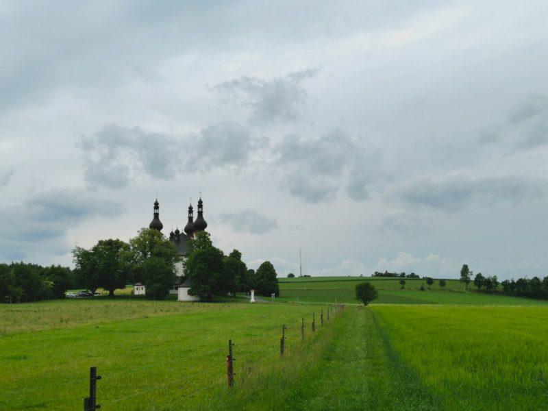 Unser Tagesziel, die Dreifaltigkeitskirche Kappl, in greifbarer Nähe, nur noch über die grünen Wiesen