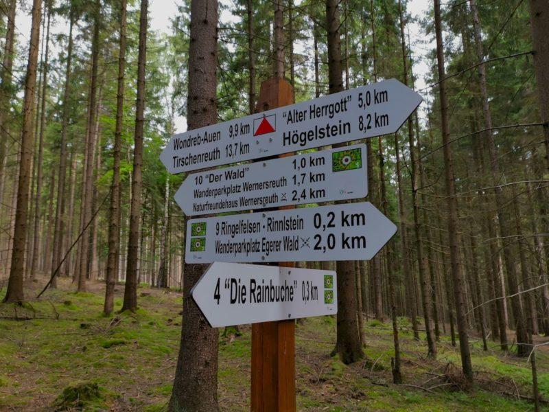 Jede Menge Entfernungsangaben auf dem Rinnlstein-Rundwanderweg