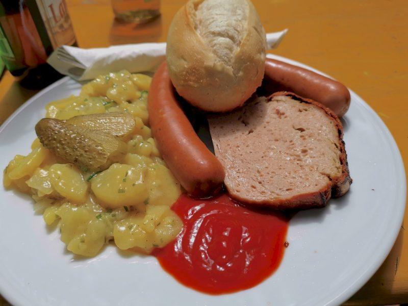 Fleischkäse vom Bratwurstbrät, Käse-Wiener und Kartoffel-Gurkensalat