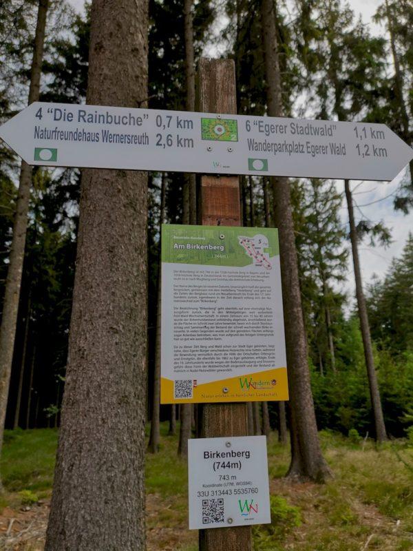 """Schild """"Am Birkenberg"""" auf 744 m Höhe"""