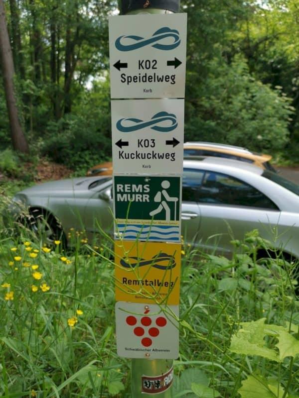 Wanderwegbeschilderung direkt am Parkplatz oberhalb von Korb