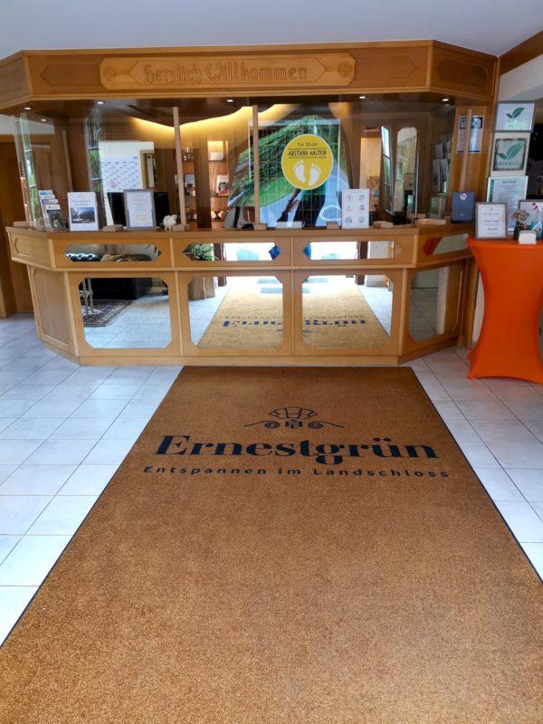 Eingang und Rezeption im Hotel Landschloss Ernestgrün in Bad Neualbenreuth