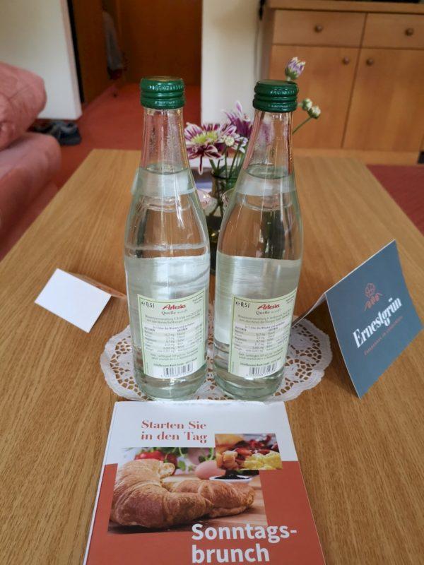 Zwei Wasserflaschen für die Gäste des Doppelzimmers (kostenlos)