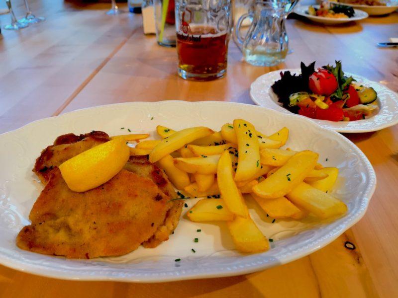 Wiener Schnitzel im Landschloss Ernestgrün - hier mit Pommes statt der Bratkartoffeln als regulärer Beilage