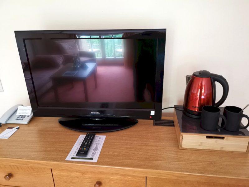 Fernseher und Wasserkocher mit großer Auswahl an Tees