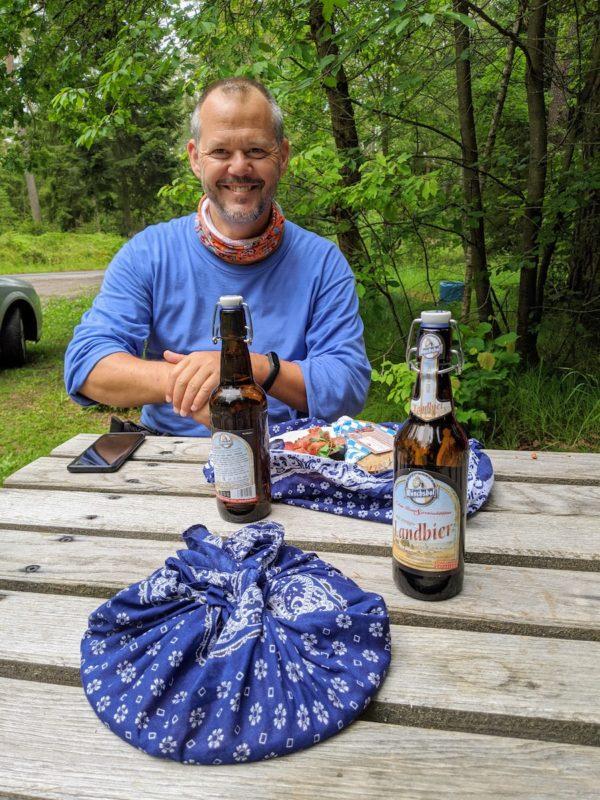 Ich, glücklich mit Brotzeit vom Adamhof und Bier auf dem Nurtschweg