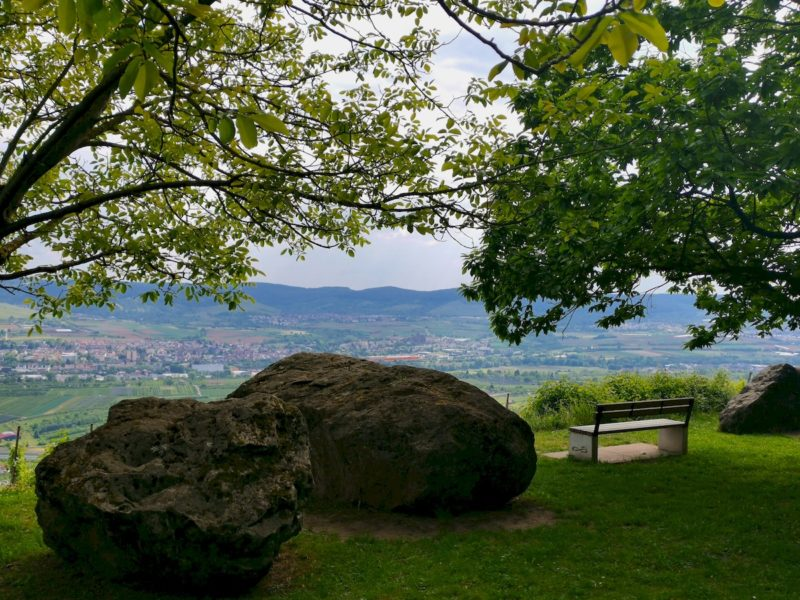 Zwischen diesen Steinen geht es durch zum ersten der beiden Aussichtspunkte