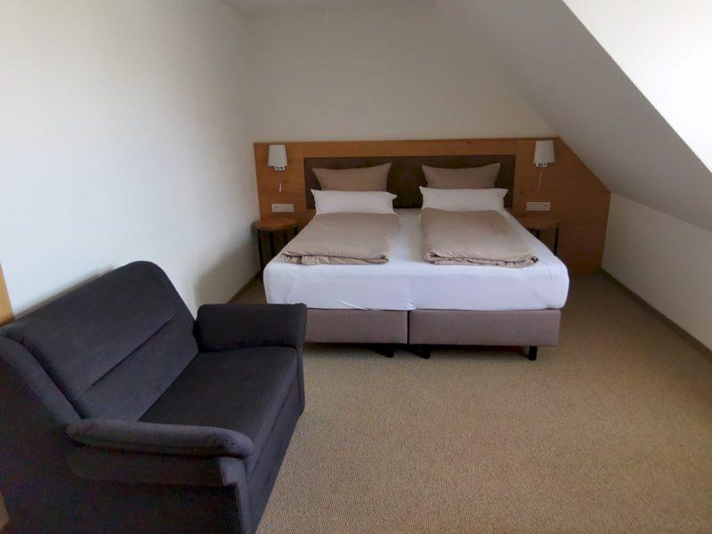 Zimmer mit großen Bett und Couch im Kondrauer Hof