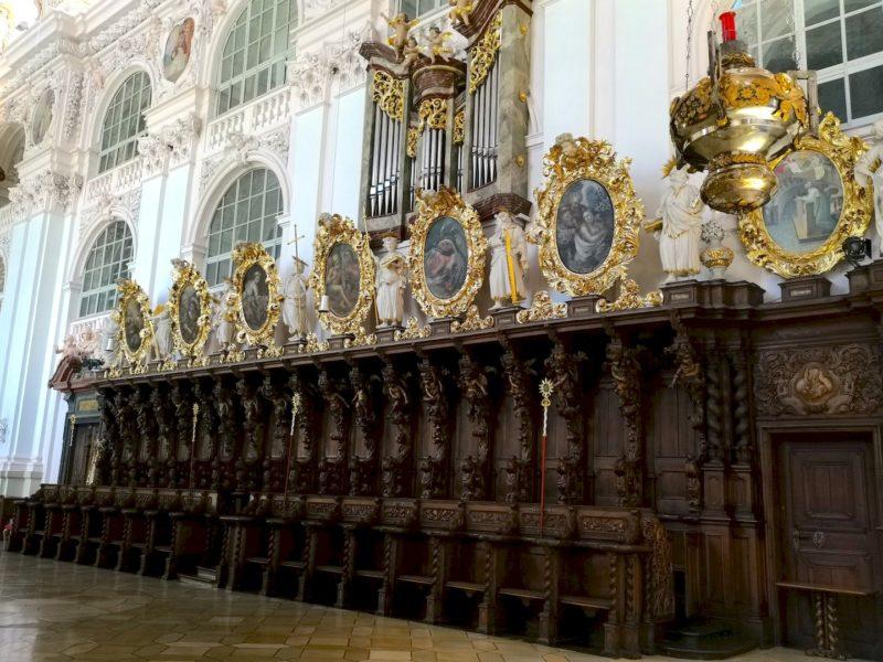 Die rechte Seite des Chorgestühls in der Stiftsbasilika Waldsassen