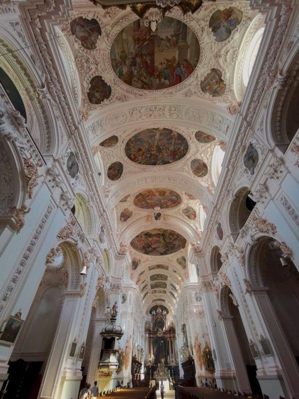 Der Blick durch das mächtige Kirchenschiff der Stiftsbasilika Waldsassen
