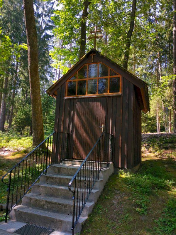 Am Wegesrand steht diese Waldkapelle (die auch ausgeschildert ist auf den Wanderwegen von Waldsassen)