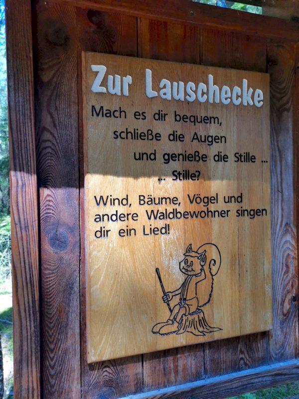 Innehalten an der Lauschecke im Wald von Waldsassen