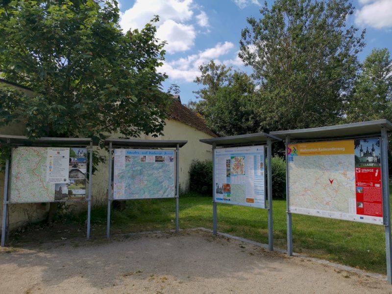 Infotafeln über Waldsassen, seine Wanderwege und Radwege neben dem Kapplwirt