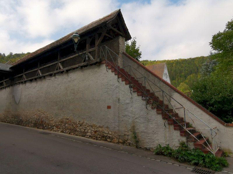 Ein Stück der Mauer mit Aufgang und Wehrgang
