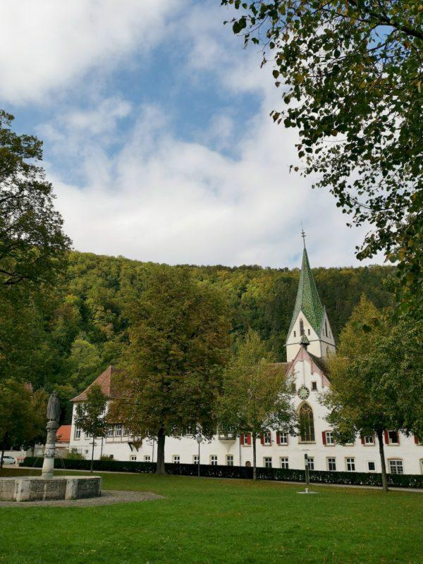 Das große Hauptgebäude des Kloster Maulbronns von etwas weiter weg