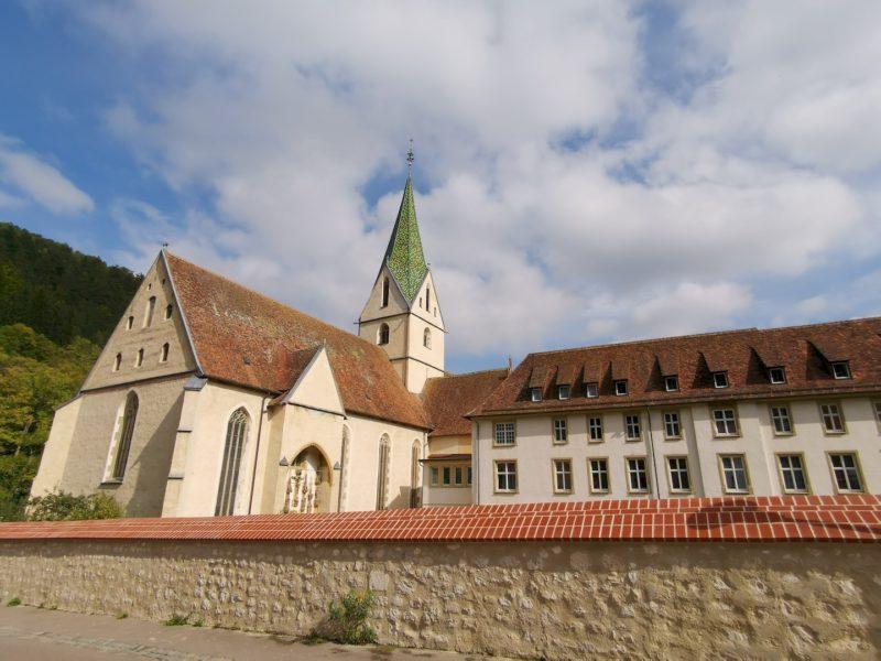 Ein Blick über die Mauer auf das Kloster Blaubeuren