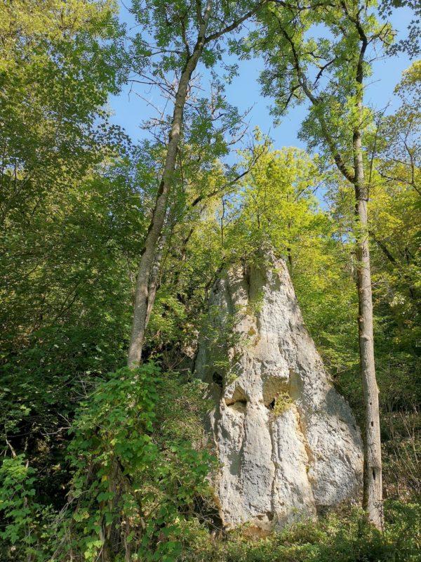 Mächtige Felsen am Rande des Weges des Burgfelsenpfades
