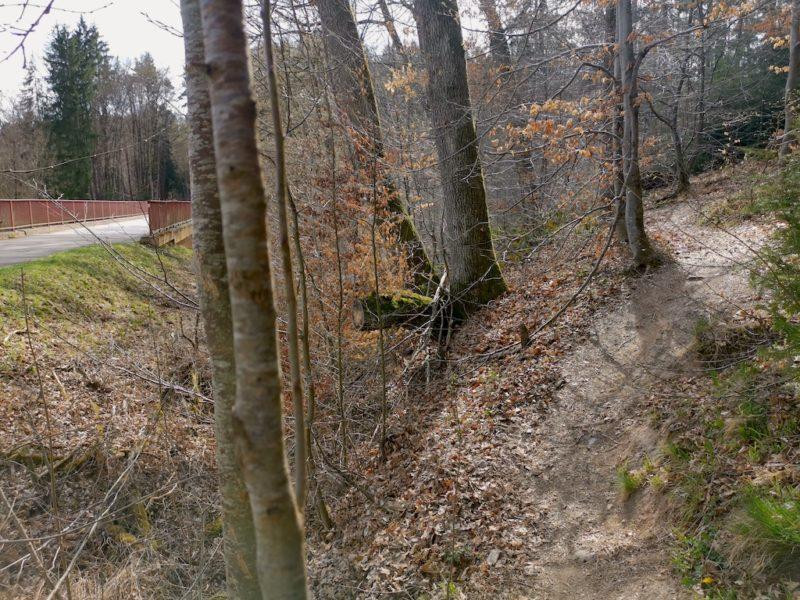 Kurz vor der Brücke zweigt ein schmaler Pfad rechts ab