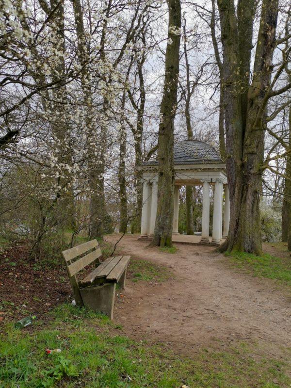 Amor-Tempel Scharnhausen mit Sitzbank davor