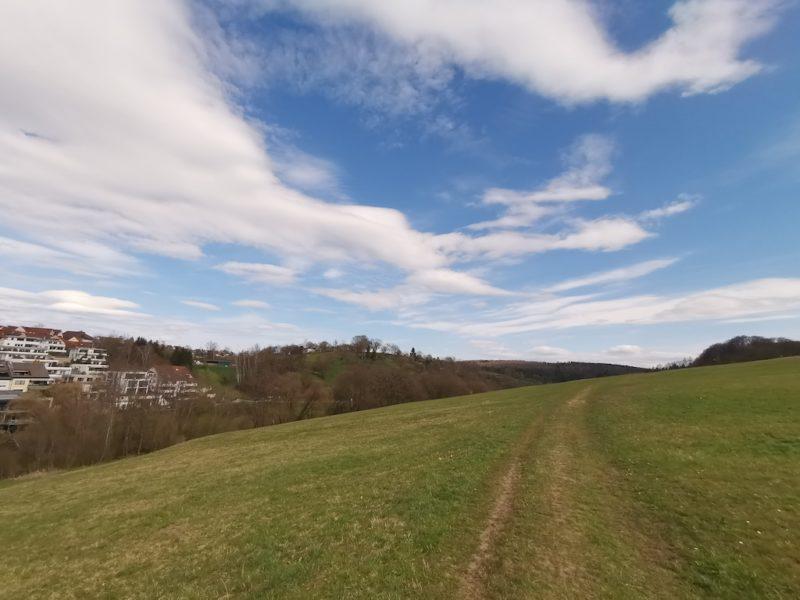 Weiter geht es auf einem Grasweg und mit blauem Himmel